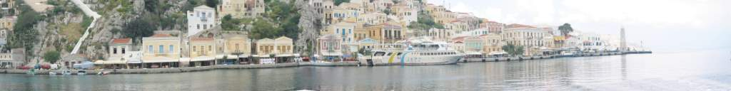 die Hafenpromenade von Symi im April