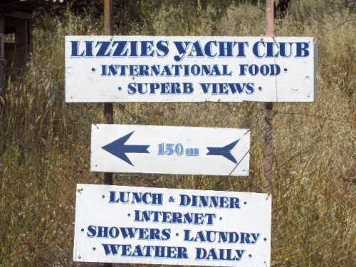 Hinweisschild zu Lizzies Restaurant in Trizonia
