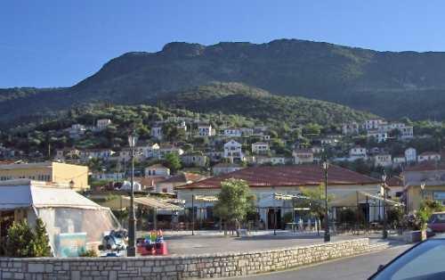 Meganissi Häuser auf den Hügeln